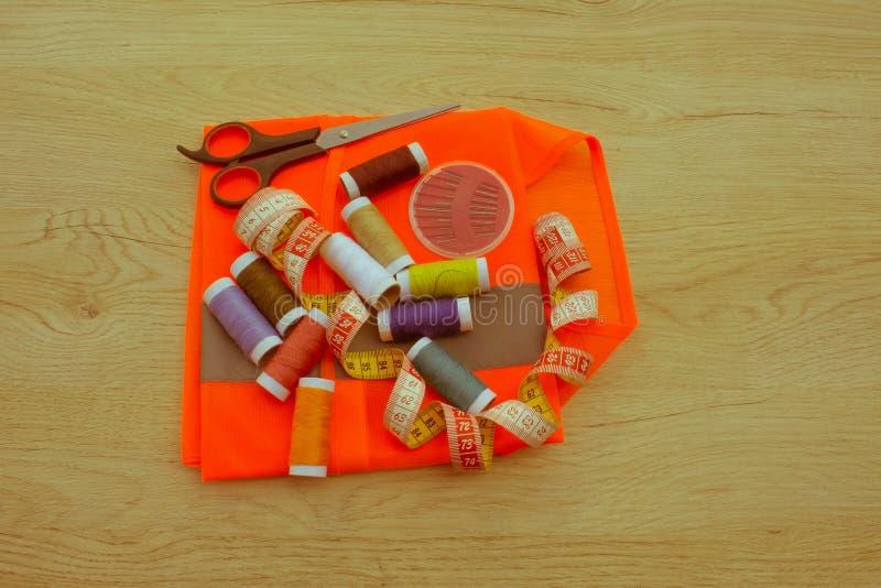 Espace de travail de tailleur avec la couture et les outils faits main Outils pour la couture photo stock