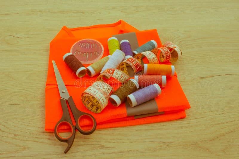 Espace de travail de tailleur avec la couture et les outils faits main outils pour le sewin photo stock