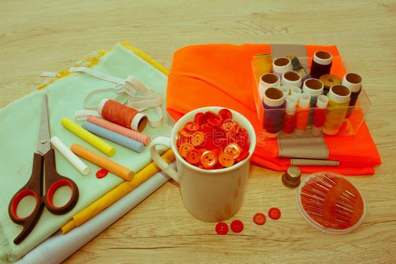 Espace de travail de tailleur avec la couture et les outils faits main outils pour le sewin images stock