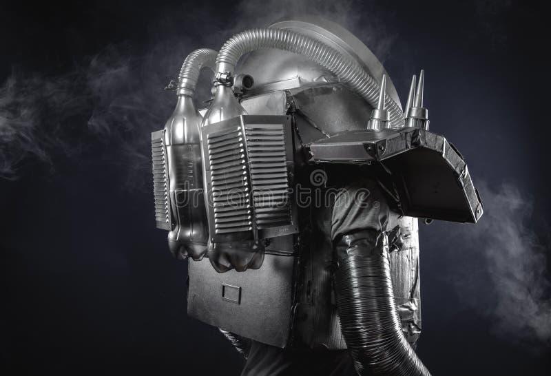 Espace o homem, o astronauta vestido na prata ou o terno de espaço metalizado imagem de stock royalty free