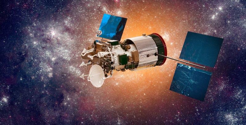 Espace o satélite que orbita a terra em um sol da estrela do fundo fotografia de stock royalty free