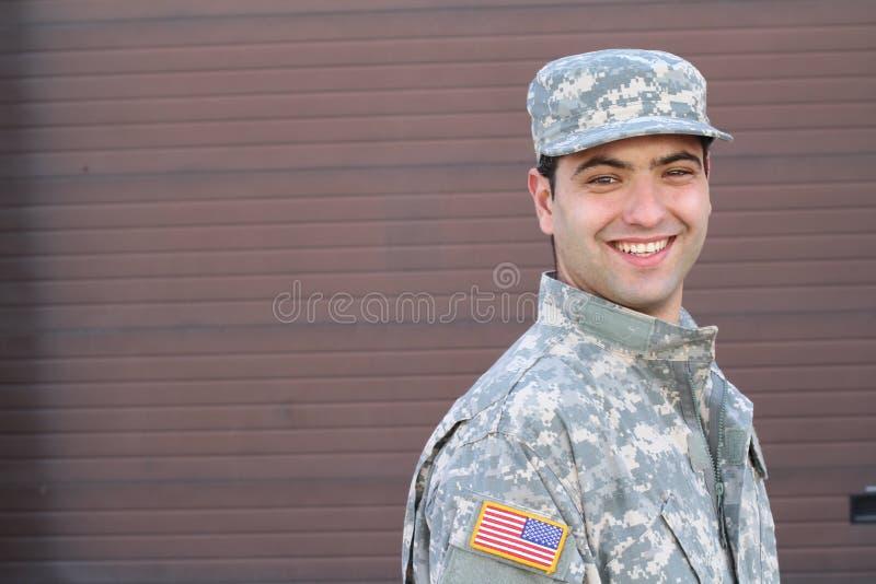 Espacio étnico ambiguo joven del soldado americano y de la copia a la derecha foto de archivo