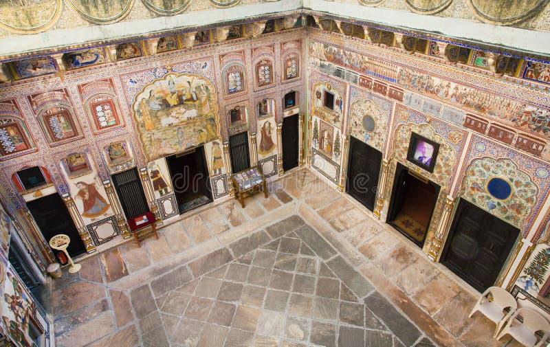 Espacio único del arte con las paredes viejas del fresco imágenes de archivo libres de regalías