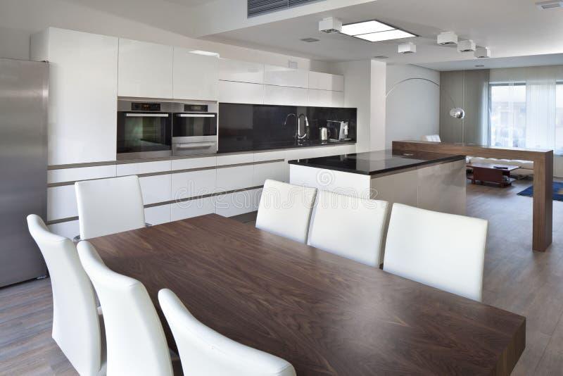 Espacio abierto de la cocina en el nuevo interior de la casa de la familia imagen de archivo libre de regalías