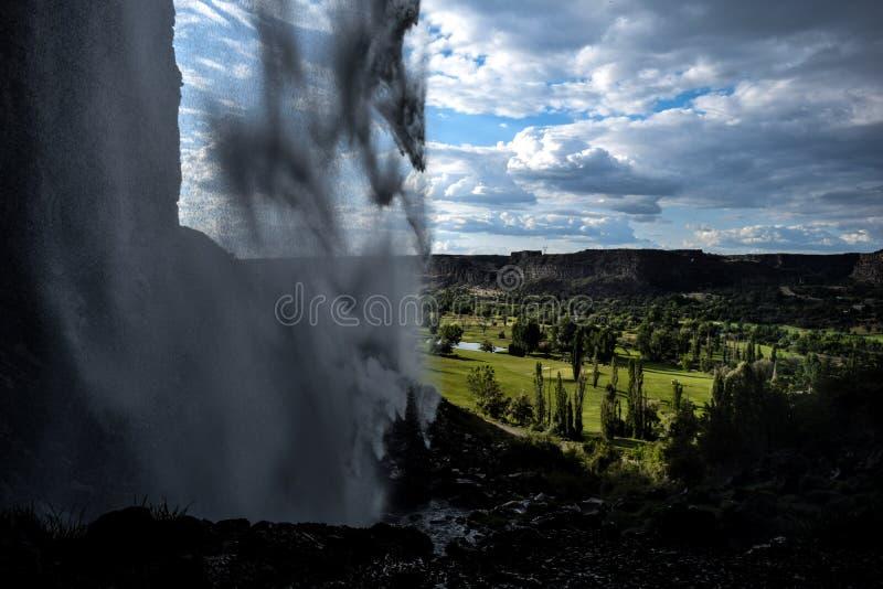 Espacio abierto del campo de golf a través de la cascada imagen de archivo libre de regalías