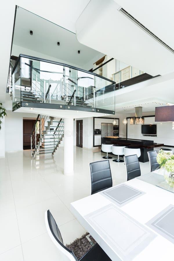 Espacio abierto en casa diseñada moderna foto de archivo