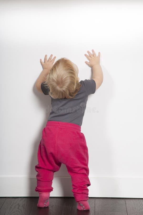 Espacio blanco de la copia de la pared del bebé imágenes de archivo libres de regalías