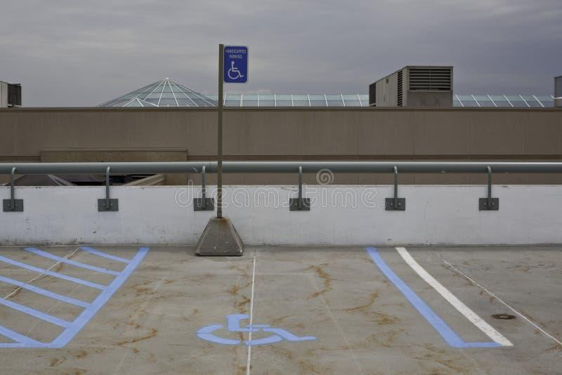 Espacio de estacionamiento de la desventaja imagen de archivo