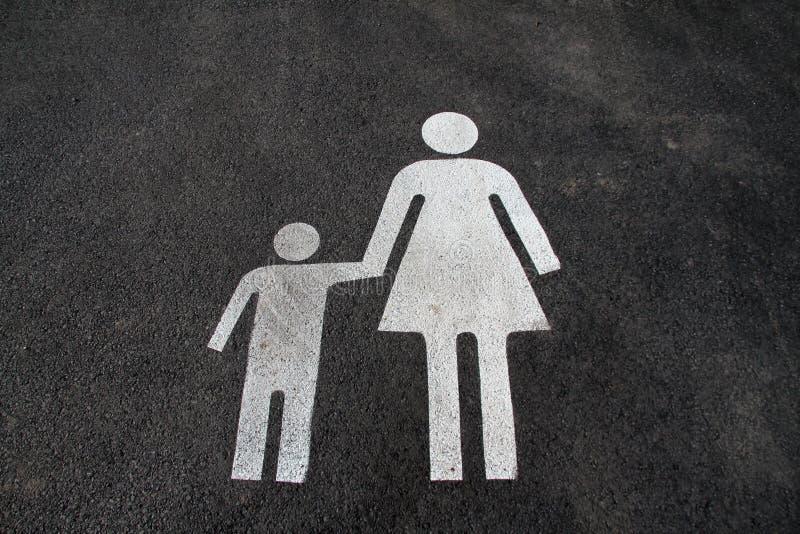 """Espacio de estacionamiento para las madres y los niños Muestra en """"Mother del asfalto y  del child†Firme en el  del """"Mom  foto de archivo"""