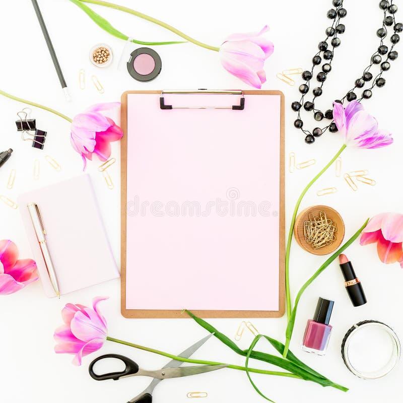 Espacio de la belleza con el tablero, el cuaderno, los cosméticos, las flores y los accesorios en el fondo blanco Endecha plana,  fotos de archivo