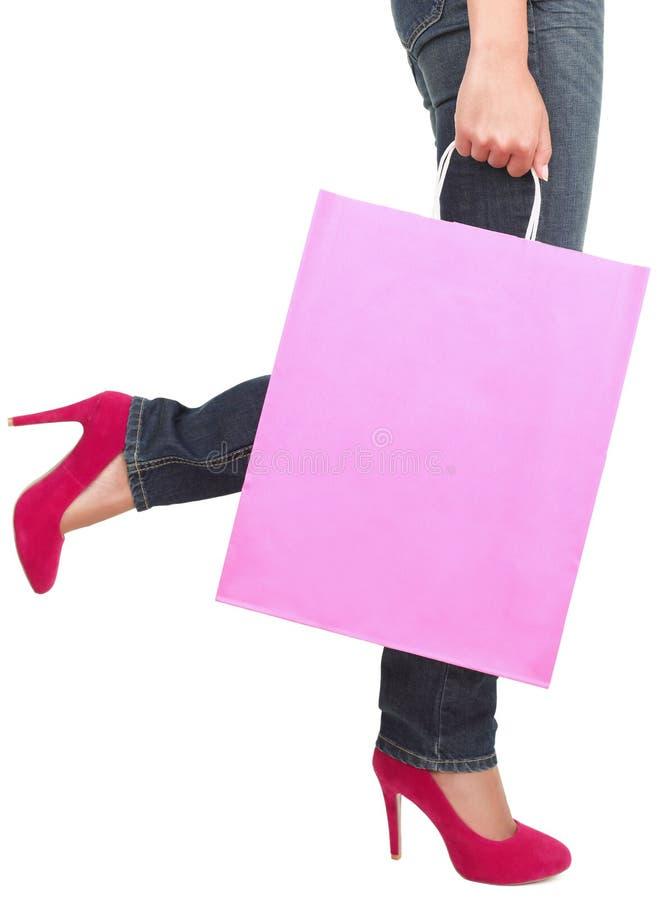 Espacio de la copia de la señora de las compras que recorre en altos talones imagen de archivo libre de regalías