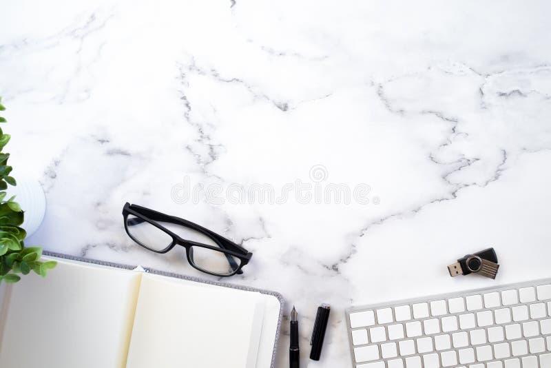 Espacio de la copia de la mesa del funcionamiento del negocio imagen de archivo