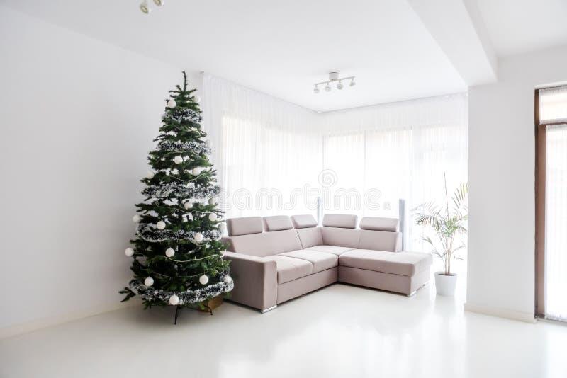 Espacio de la sala de estar, sofá cómodo y árbol de navidad en la habitación grande Mansión contemporánea del diseñador imagen de archivo libre de regalías