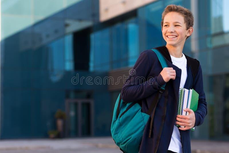 Espacio de mirada al aire libre de la copia del estudiante adolescente feliz en fotografía de archivo