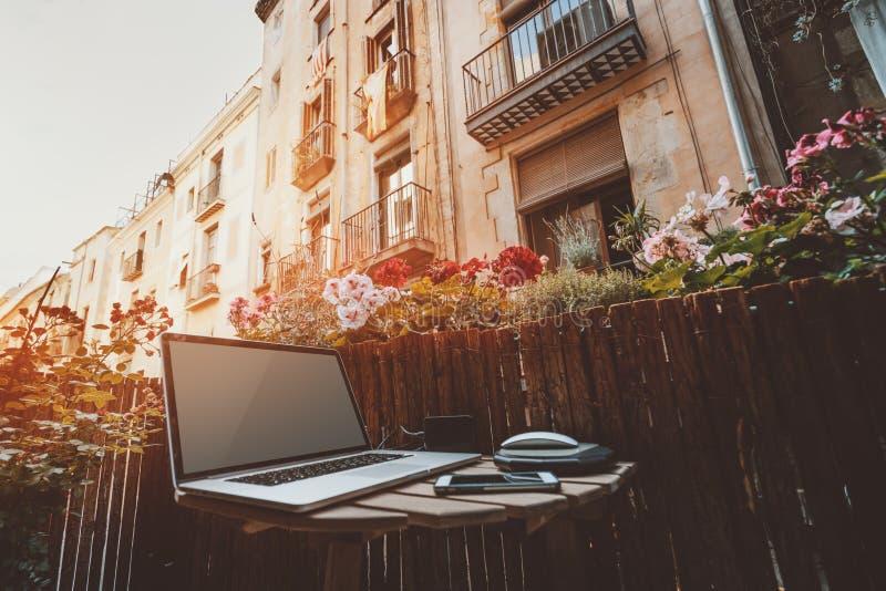 Espacio de trabajo acogedor en balcón foto de archivo libre de regalías