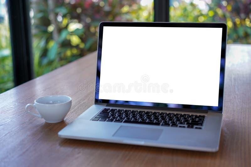 espacio de trabajo blanco en blanco de la pantalla, ordenador portátil que hace publicidad del texto m foto de archivo