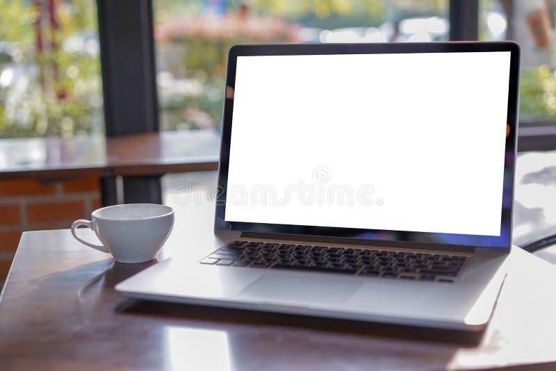 espacio de trabajo blanco en blanco de la pantalla, ordenador portátil que hace publicidad del texto m fotos de archivo