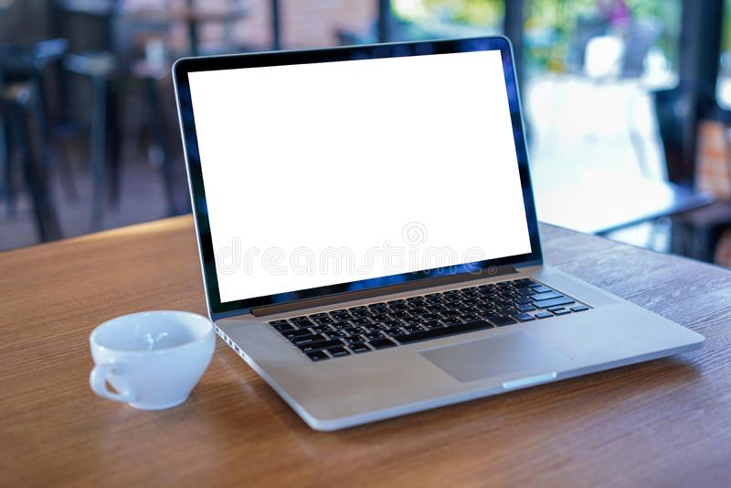 espacio de trabajo blanco en blanco de la pantalla, ordenador portátil que hace publicidad del texto m fotografía de archivo