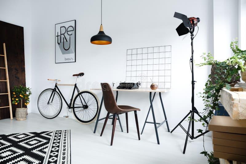 Espacio de trabajo casero simple con el escritorio foto de archivo