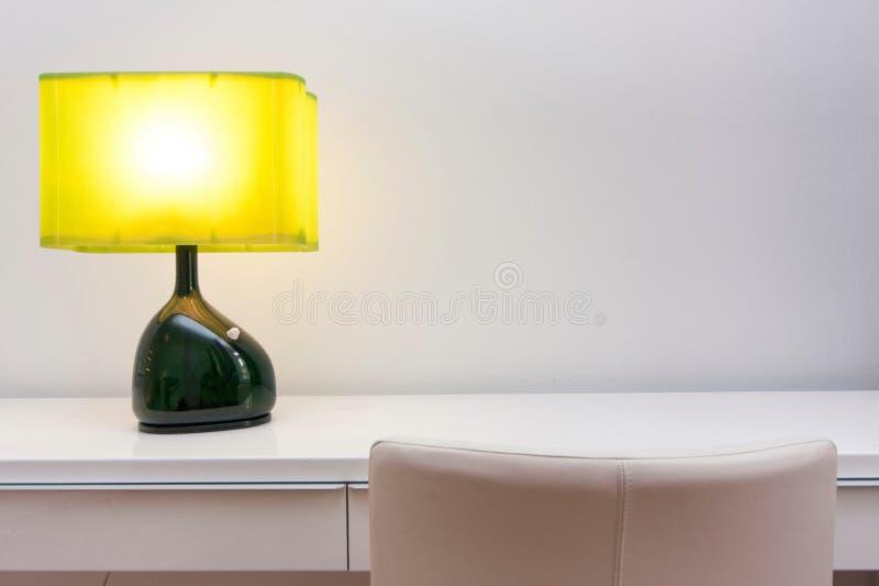 Espacio de trabajo con la lámpara imagen de archivo