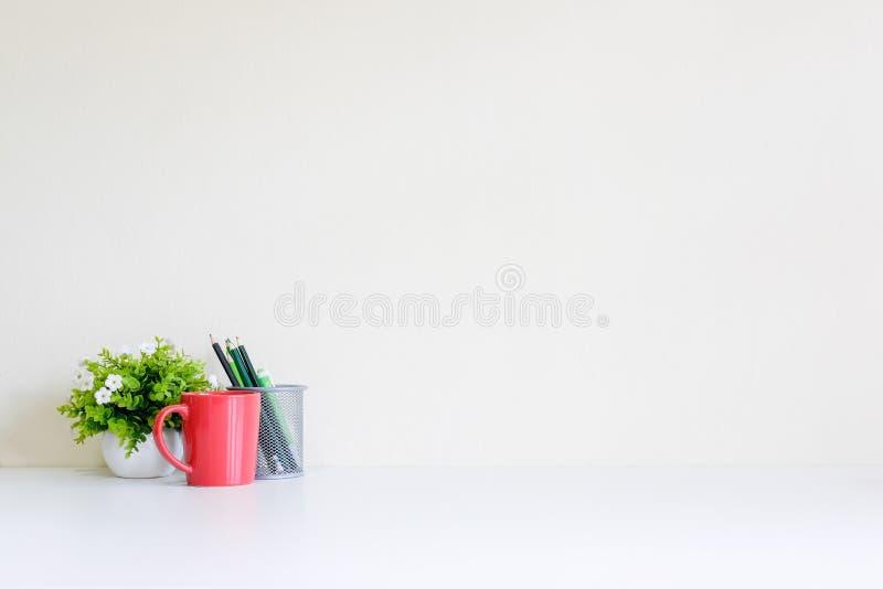 Espacio de trabajo con la taza de café, el libro y la decoración del árbol imagenes de archivo