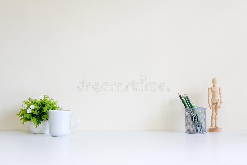 Espacio de trabajo con la taza de café y la decoración del árbol imagen de archivo