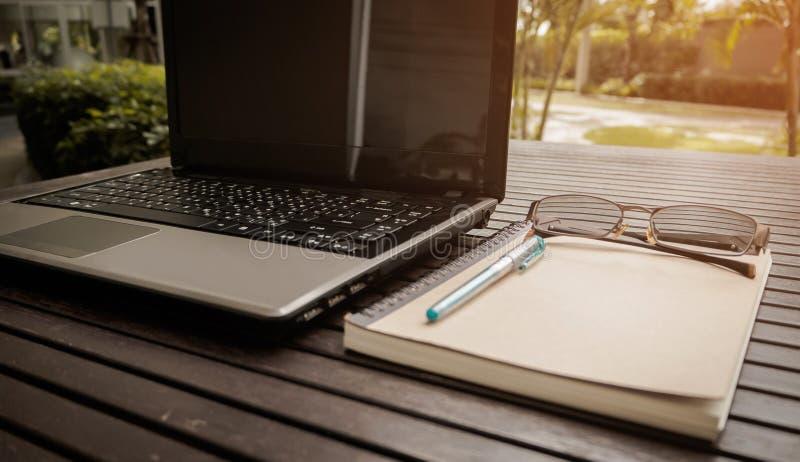 Espacio de trabajo conceptual, ordenador portátil con la pantalla en blanco fotos de archivo