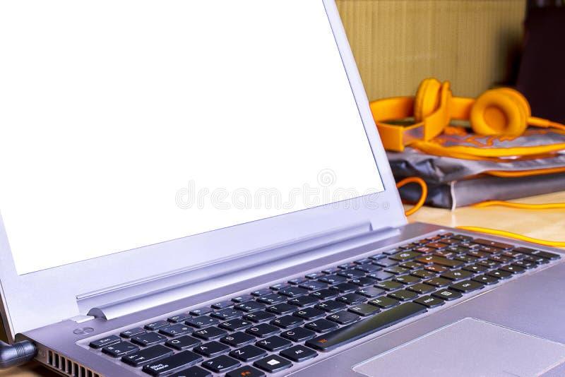 Espacio de trabajo conceptual Ordenador portátil con la pantalla en blanco foto de archivo