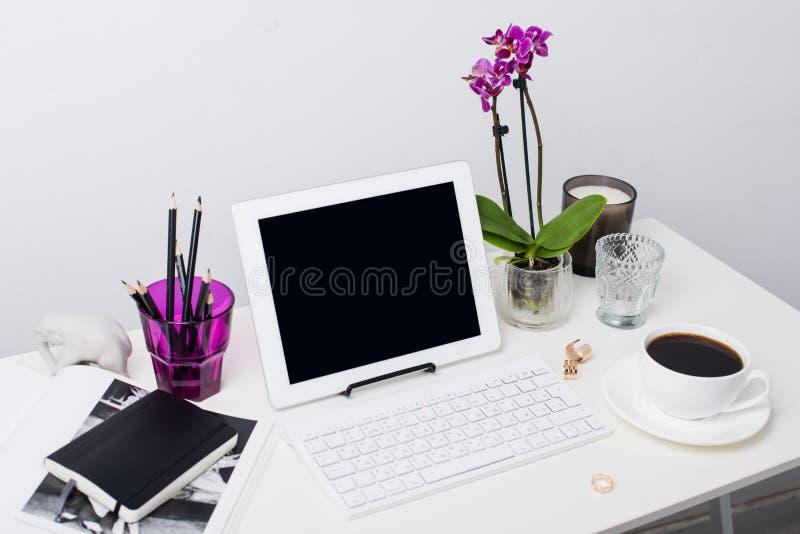 Espacio de trabajo de la mujer de negocios imágenes de archivo libres de regalías