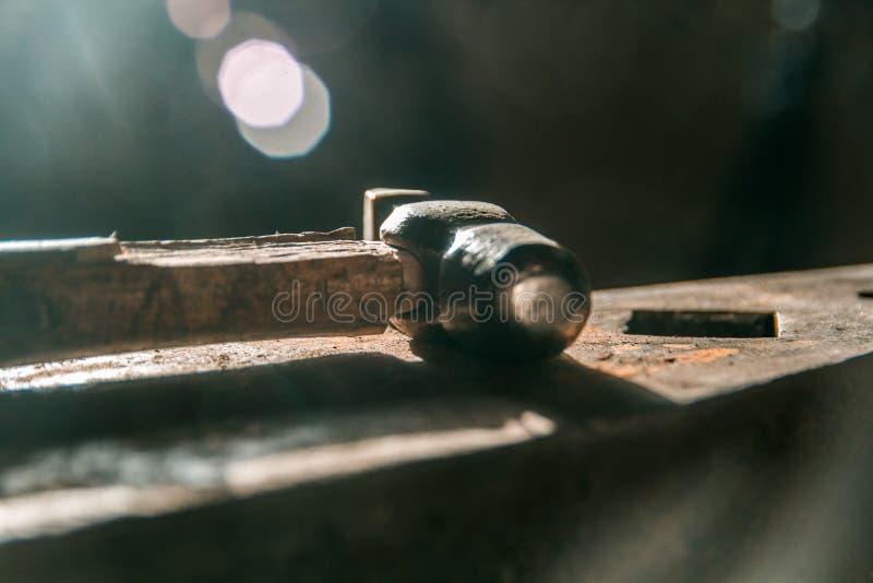 Espacio de trabajo del herrero el martillo miente en el yunque fotos de archivo