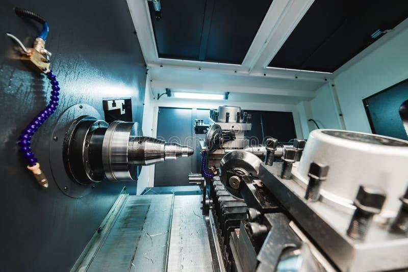 Espacio de trabajo de la fresadora moderna del CNC imagenes de archivo