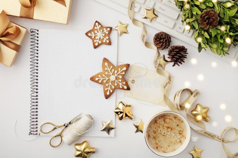 Espacio de trabajo de la Navidad con el cuaderno foto de archivo
