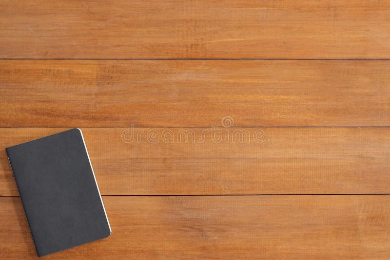 Espacio de trabajo mínimo - el plano creativo pone la foto del escritorio del espacio de trabajo Fondo de madera de la tabla del  imagen de archivo