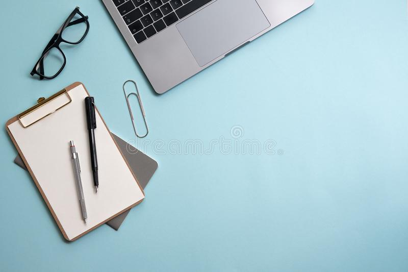 Espacio de trabajo m?nimo - el plano creativo pone la foto del escritorio del espacio de trabajo Escritorio de oficina de la visi imágenes de archivo libres de regalías