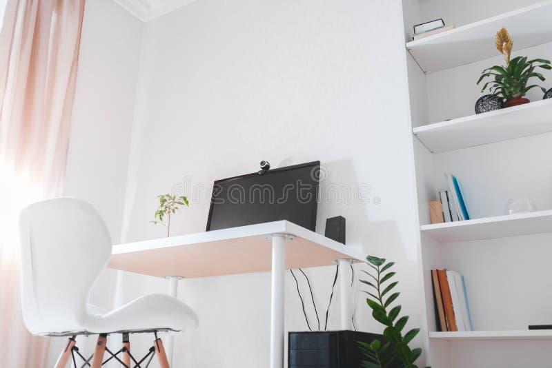 Espacio de trabajo de un freelancer Interior del sitio de la oficina de trabajar adentro Diseño moderno con los muebles y el orde foto de archivo