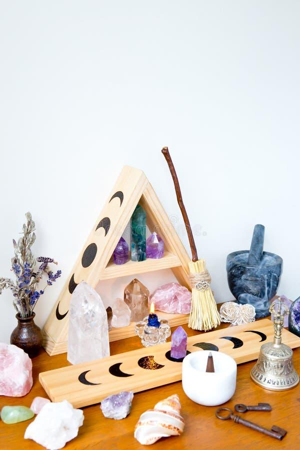 Espacio del altar - bruja, Wicca, nueva edad, pagana con diseño de la fase de la luna fotos de archivo