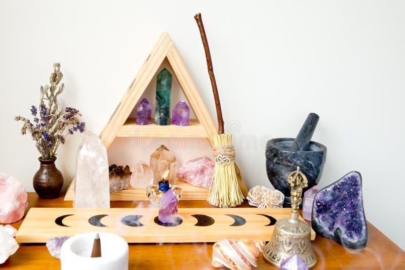 Espacio del altar - bruja, Wicca, nueva edad, pagana con diseño de la fase de la luna fotografía de archivo