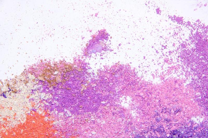 Espacio dispersado polvo cosmético de la copia del sombreador de ojos diverso sistema en el fondo blanco El concepto de indust de imagenes de archivo