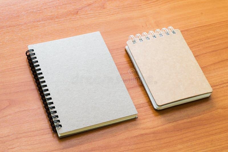Espacio en blanco ascendente falso de la cubierta de libro en la madera del escritorio fotos de archivo
