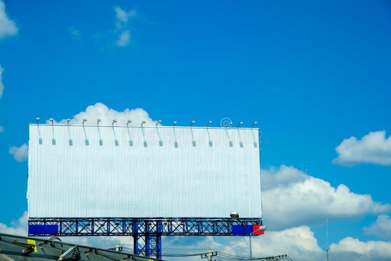 Espacio en blanco de la cartelera para el cartel de la publicidad al aire libre imagen de archivo