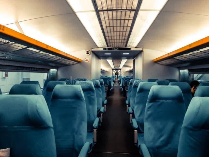 Espacio en blanco de la parte posterior de la silla, compartimiento interior del tren de alta velocidad imágenes de archivo libres de regalías