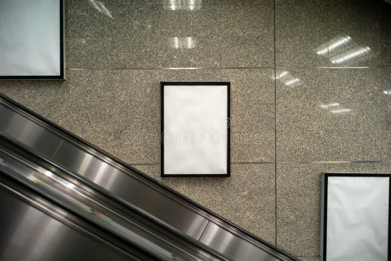Espacio en blanco de las cajas de luz para hacer publicidad dentro de la estación del edificio y de tren fotografía de archivo libre de regalías