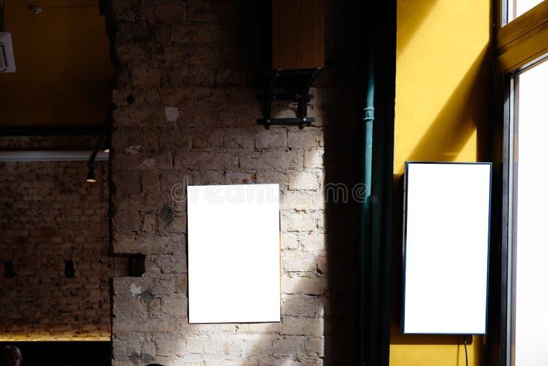 Espacio en blanco del anuncio en un muro de cemento de un edificio dentro de una barra fotografía de archivo