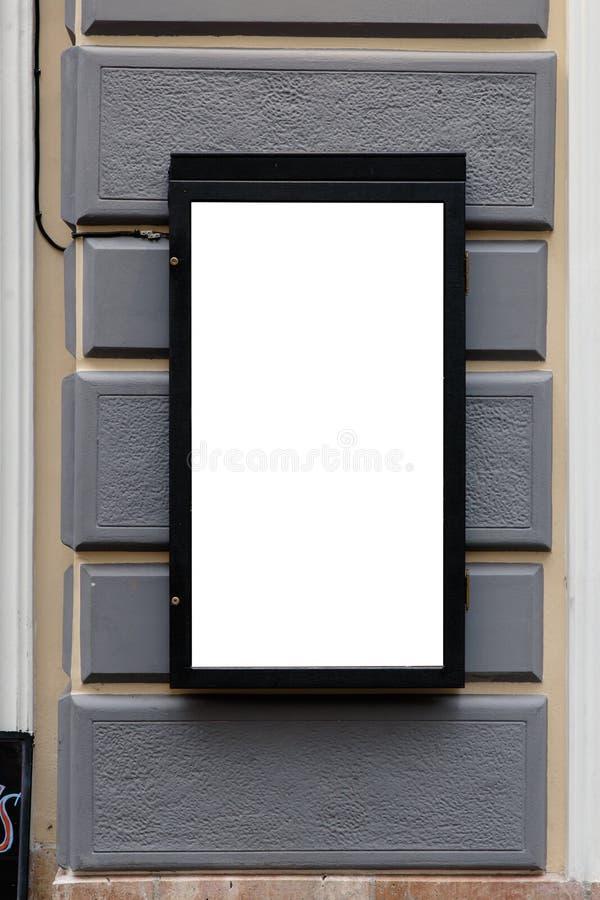 Espacio en blanco del anuncio en un muro de cemento en la calle afuera imagen de archivo libre de regalías