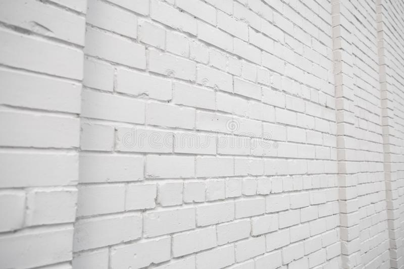 Espacio en blanco del anuncio en una pared de ladrillo blanca en la calle afuera imágenes de archivo libres de regalías