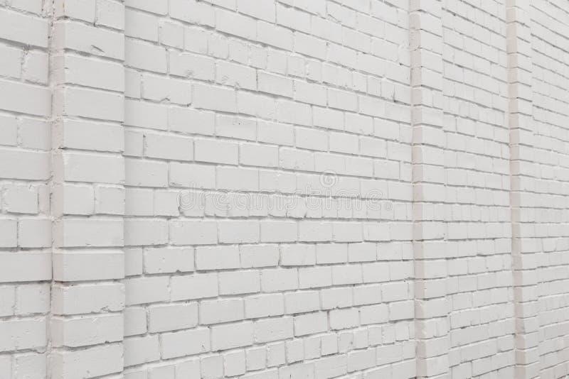 Espacio en blanco del anuncio en una pared de ladrillo blanca en la calle afuera imagen de archivo