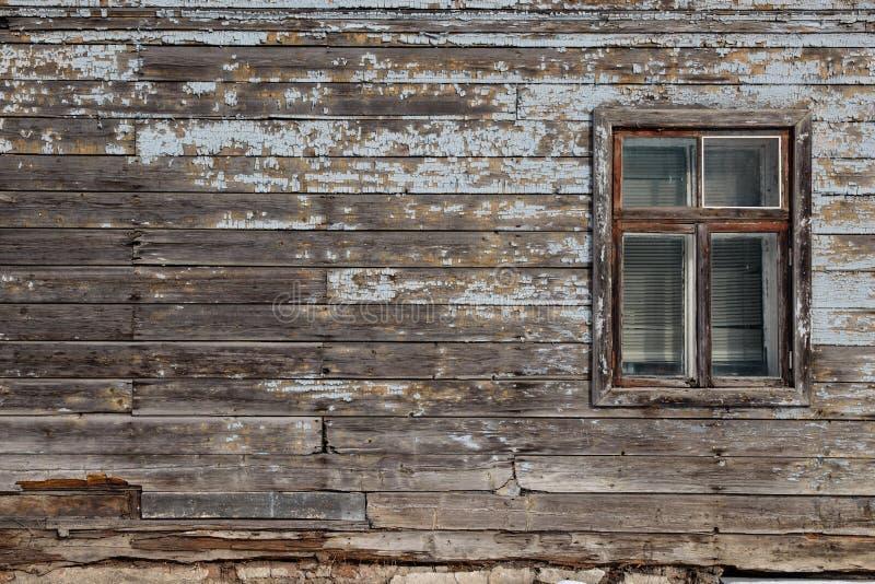Espacio en blanco del anuncio en una pared vieja de madera en la calle afuera foto de archivo