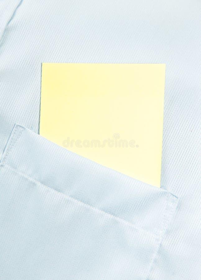 Espacio en blanco del papel en el bolsillo clásico de la camisa con el espacio para el texto imágenes de archivo libres de regalías