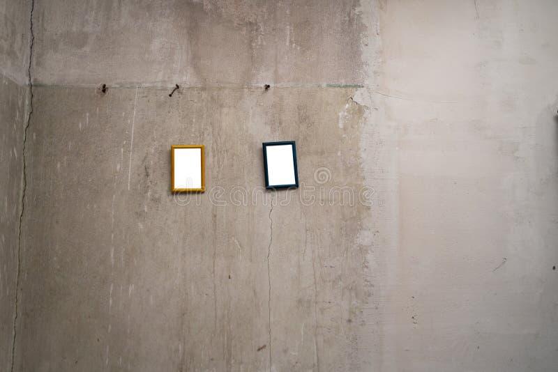 Espacio en blanco para su anuncio - peque?as im?genes del marco que cuelgan en una pared gris imagen de archivo libre de regalías
