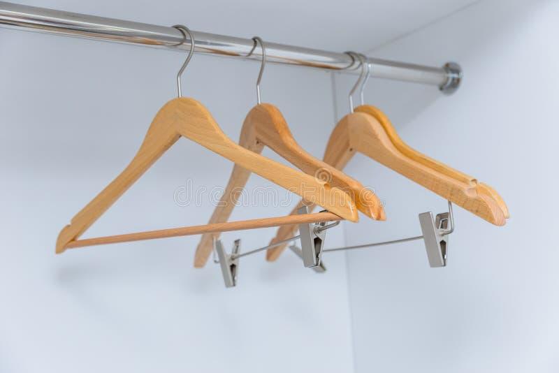 Espacio en blanco vacío de la suspensión de ropa en gabinete foto de archivo